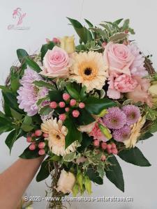 Der Frühling hält nicht nur draussen Einzug, auch im Herzen wird es wohlig warm. Mit dieser edlen Blumenperle und Ihrem persönlichen Kartentext bringen Sie Ihre Botschaft liebevoll und unvergesslich zum Ausdruck. Mit Ihrem Blumengruss wird eine Flasche  exklusiver Prosecco Albino Armani DOC Extra Dry (75cl) in einer eleganten Geschenkbox überbracht.     Angebaut wird dieser elegante Prosecco in der italienischen Region Friaul. Dort, umgeben von den Karnischen Alpen, liegt die DOC Region des Anbaugebiets der Glera Trauben.  Kultiviert wird dieser exzellente Prosecco von der Familie Armani, die durch eine über 400-jährige Weinanbau-Erfahrung überzeugt.    Sein feines und elegantes Bukett von weissen Blüten und Zitrus passt hervorragend zum Aperitif oder auch zur gesamten Mahlzeit. Ein Genuss für jede Gelegenheit.    Das Bild entspricht der mittleren Preisvariante und die Vase ist nicht inbegriffen. Auf Wunsch finden Sie diese in der Kategorie Vasen.
