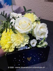 Mit diesem Blumengruss aus luftig-leichten Blumen wird jeder Tag zu etwas Besonderem. Mit Ihrem Blumengruss wird eine Tafel Schweizer Milchschokolade (100 g) von Munz in einer liebevoll gestalteten Geschenkdose überbracht.    Überraschen Sie durch süsse Grüsse mit feinster Schweizer Milchschokolade zum Geburtstag, Valentinstag, Muttertag, als Dankeschön oder `einfach so`.    Das Bild entspricht der mittleren Preisvariante und die Vase ist nicht inbegriffen. Auf Wunsch finden Sie diese in der Kategorie Vasen.