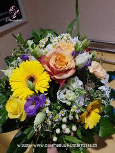 Kleine Geschenke erhalten die Freundschaft ... heisst es. Setzen Sie ein liebevolles Zeichen, das so richtig von Herzen kommt! Mit diesem leuchtenden Strauss haben Sie das perfekte Geschenk für den Geburtstag, als Dankeschön oder als spontane Überraschung.    Das Bild entspricht der mittleren Preisvariante und die Vase ist nicht inbegriffen. Auf Wunsch finden Sie diese in der Kategorie Vasen.