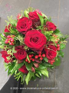 Geniessen Sie die schönsten Momente zu zweit. Denn wie könnte man besser `Ich liebe Dich sagen` als mit diesem romantischen Rosenstrauss.    Das Bild entspricht der mittleren Preisvariante und die Vase ist nicht inbegriffen. Auf Wunsch finden Sie diese in der Kategorie Vasen.