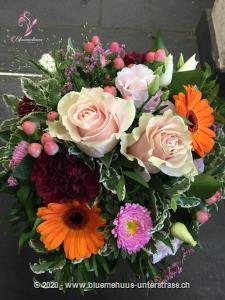 Dieser Traum aus den schönsten Blumen verzaubert jeden Moment und verwandelt ihn in etwas ganz Besonderes.    Das Bild entspricht der mittleren Preisvariante und die Vase ist nicht inbegriffen. Auf Wunsch finden Sie diese in der Kategorie Vasen.