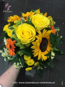Gelb steht für Freude und Energie. Mit unserem Strauss `Sommer-Festival` feiern wir den Sommer.    Das Bild entspricht der mittleren Preisvariante und die Vase ist nicht inbegriffen. Auf Wunsch finden Sie diese in der Kategorie Vasen.