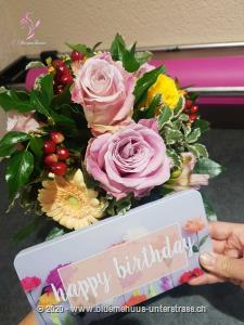 Mit Ihrem Blumengruss wird eine Tafel Schweizer Milchschokolade (100 g) von Munz in einer liebevoll gestalteten Geschenkdose überbracht. Überraschen Sie durch süsse Grüsse mit feinster Schweizer Milchschokolade zum Geburtstag, Valentinstag, Muttertag, als Dankeschön oder `einfach so`.