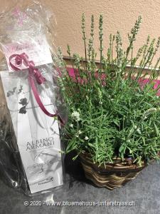Holen Sie sich Ferienfeeling auf die Terrasse oder den Balkon. Mit diesem Lavendelkorb ist Entspannung garantiert. Mit Ihrem Blumengruss wird eine Flasche  exklusiver Prosecco Albino Armani DOC Extra Dry (75cl) in einer eleganten Geschenkbox überbracht.     Angebaut wird dieser elegante Prosecco in der italienischen Region Friaul. Dort, umgeben von den Karnischen Alpen, liegt die DOC Region des Anbaugebiets der Glera Trauben.  Kultiviert wird dieser exzellente Prosecco von der Familie Armani, die durch eine über 400-jährige Weinanbau-Erfahrung überzeugt.    Sein feines und elegantes Bukett von weissen Blüten und Zitrus passt hervorragend zum Aperitif oder auch zur gesamten Mahlzeit. Ein Genuss für jede Gelegenheit.