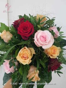 Rosen mal ganz anders,  etwas verspielt, bunt, fröhlich und frech verbreitet dieser Strauss Frühlingsgefühle.
