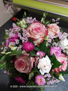 Ein ganzer Korb voll zarter Blumen in feinen Farben! Wie kann man Sympathie oder Zuneigung besser ausdrücken?    Das Bild entspricht der mittleren Preisvariante. Das Gefäss kann vom Bild abweichen.