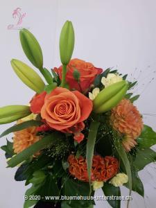 Dieses Meisterwerk verzaubert mit seinem lebhaften Farbenspiel und zeigt die Schönheit und Magie dieser Jahreszeit. Überraschen Sie jemanden damit!    Das Bild entspricht der mittleren Preisvariante und die Vase ist nicht inbegriffen. Auf Wunsch finden Sie diese in der Kategorie Vasen.