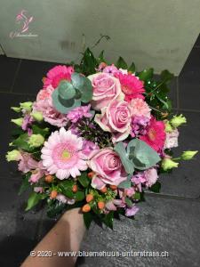 Dieser fröhliche Strauss in süssen Farben, eignet sich zur Geburt, als Geschenk unter Freundinnen oder Geburtstagsüberraschung. Da wird die Freude gross sein.    Das Bild entspricht der mittleren Preisvariante und die Vase ist nicht inbegriffen. Auf Wunsch finden Sie diese in der Kategorie Vasen.