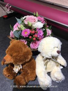 Auf Wunsch überbringen wir Ihren Blumengruss mit einem flauschigen, weissen und brauen Teddybären. Teddybären begeistern Gross und Klein. Ob als charmante Geste, nach der Geburt, als kleines `Trostpflaster` oder als liebevolle Überraschung: Die knuffigen Bären haben einfach alle gern.