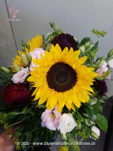Dieser Strauss steckt voller Magie: Voll sommerlicher Wärme, lichtdurchfluteter Farbfülle und Üppigkeit des Sommers. Ein unwiderstehlicher Aufsteller!    Das Bild entspricht der mittleren Preisvariante und die Vase ist nicht inbegriffen. Auf Wunsch finden Sie diese in der Kategorie Vasen.