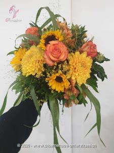 Der Name `Smiley` sagt alles. Dieser Strauss ist wie gemacht, um ein Lächeln aufs Gesicht zu zaubern. Er ist der Liebling unserer Kundinnen und Kunden und das völlig zu Recht. Mit diesem fröhlichen Sonnenschein kann der Tag nur gelingen. Dieser Blumengruss wird mit einer edlen Runddose Gottlieber Cacaomandeln (200g) kombiniert.    Das Bild entspricht der mittleren Preisvariante und die Vase ist nicht inbegriffen. Auf Wunsch finden Sie diese in der Kategorie Vasen.