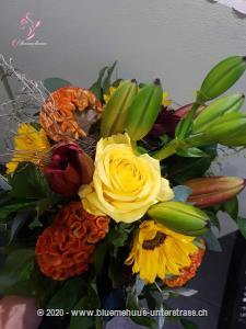 Dunkles Rot und leuchtendes Gelb passen perfekt in den August, denn dort zeigt der Sommer nochmals so richtig, was er zu bieten hat. Schenken Sie diesen kraftvollen Strauss weiter und freuen Sie sich über die Reaktion.    Das Bild entspricht der mittleren Preisvariante und die Vase ist nicht inbegriffen. Auf Wunsch finden Sie diese in der Kategorie Vasen.