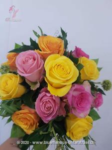Was gibt es schöneres als der edle Klassiker des Rosenstrausses, er ist wie eine Melodie von zauberhaften `Farbtönen`!