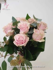 Rosa Rosen sind einfach trendig und unverbindlich ... und lässt Frauenherzen höher schlagen.   Der Minimumpreis versteht sich für mittellange Rosen. Die Abbildung (höherer Preis) zeigt langstielige Rosen.