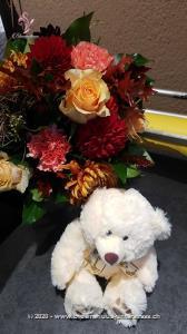Im Herbst färben sich die Blätter der Bäume in den schönsten Farben, unser Strauss fängt diese Stimmung perfekt ein. Wer kräftige Töne liebt, wird sich an diesem Blumentraum nicht sattsehen können.    Das Bild entspricht der mittleren Preisvariante und die Vase ist nicht inbegriffen. Auf Wunsch finden Sie diese in der Kategorie Vasen.