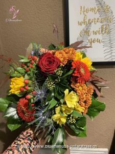 Ein Hit verspricht viel, unserer hält es aber auch ein. Mit leuchtenden Blumen, Blättern und herbstlichen Details zaubert dieser Hit Spätsommerstimmung in jedes Wohnzimmer.    Das Bild entspricht der mittleren Preisvariante und die Vase ist nicht inbegriffen. Auf Wunsch finden Sie diese in der Kategorie Vasen.