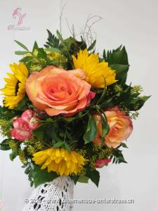 Der Name `Smiley` sagt alles. Dieser Strauss ist wie gemacht, um ein Lächeln aufs Gesicht zu zaubern. Er ist der Liebling unserer Kundinnen und Kunden und das völlig zu Recht. Mit diesem fröhlichen Sonnenschein kann der Tag nur gelingen.    Das Bild entspricht der mittleren Preisvariante und die Vase ist nicht inbegriffen. Auf Wunsch finden Sie diese in der Kategorie Vasen.