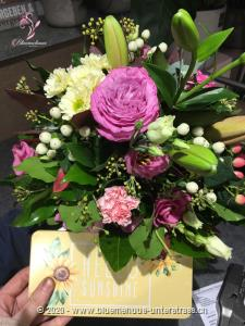 Mit Ihrem Blumengruss wird auf Wunsch eine Tafel Schweizer Milchschokolade (100 g) von Munz in einer liebevoll gestalteten Geschenkdose `Hello Sunshine` überbracht. Überraschen Sie durch süsse Grüsse mit feinster Schweizer Milchschokolade zum Geburtstag, Valentinstag, Muttertag, als Dankeschön oder `einfach so`.
