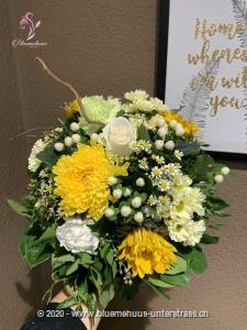 Wer diesen Blumenstrauss erhält, hat automatisch Sonne im Herzen und ein Lächeln im Gesicht. Überraschen Sie jemanden damit!    Das Bild entspricht der mittleren Preisvariante und die Vase ist nicht inbegriffen. Auf Wunsch finden Sie diese in der Kategorie Vasen.
