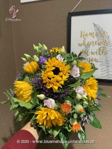 Mit diesem Strauss tauchen wir in den Hochsommer ein: Leuchtende Sonnenblumen, sattes Grün und Akzente in Blau-violett zaubern Sommerstimmung im Nu.    Das Bild entspricht der mittleren Preisvariante und die Vase ist nicht inbegriffen. Auf Wunsch finden Sie diese in der Kategorie Vasen.