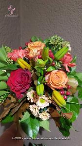 Ein harmonisches Farbenspiel erwartet uns im Oktober. Unser Strauss des Monats greift klassische Farben des Herbstes auf und kombiniert sie mit zarten Nuancen. Ein fröhlicher Strauss, der sich für den Geburtstag, das Jubiläum oder als Dankeschön eignet.    Das Bild entspricht der mittleren Preisvariante und die Vase ist nicht inbegriffen. Auf Wunsch finden Sie diese in der Kategorie Vasen.