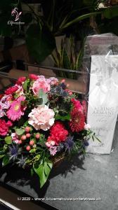 Ein romantisches Geschenk, welches mit seinen zarten Farben und Blumen die Schönheiten dieser Jahreszeit präsentiert. Wem könnten Sie heute eine Freude machen? Mit diesen Blumengruss landen Sie garantiert einen Volltreffer! Mit Ihrem Blumengruss wird eine Flasche exklusiver Prosecco Albino Armani DOC Extra Dry (75cl) in einer eleganten Geschenkbox überbracht.    Angebaut wird dieser elegante Prosecco in der italienischen Region Friaul. Dort, umgeben von den Karnischen Alpen, liegt die DOC Region des Anbaugebiets der Glera Trauben. Kultiviert wird dieser exzellente Prosecco von der Familie Armani, die durch eine über 400-jährige Weinanbau-Erfahrung überzeugt.    Sein feines und elegantes Bukett von weissen Blüten und Zitrus passt hervorragend zum Aperitif oder auch zur gesamten Mahlzeit. Ein Genuss für jede Gelegenheit.    Das Bild entspricht der mittleren Preisvariante. Das Gefäss kann vom Bild abweichen.