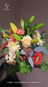 Hier zeigt die Natur was sie unter Lebensfreude versteht. Dieser Strauss versprüht Harmonie pur! Zu diesem Blumengruss wird eine Packung Schoggi-Glückskäfer von Munz kombiniert.    Diese originelle Packung beinhaltet 32 kleine Glückskäfer, 150g feinste schweizer Milchschokolade mit Pralinéfüllung.    Das Bild entspricht der mittleren Preisvariante und die Vase ist nicht inbegriffen. Auf Wunsch finden Sie diese in der Kategorie Vasen.
