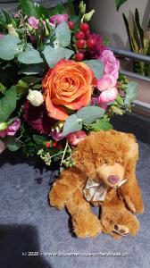 Ein kleiner Kuss zwischendurch kann wirklich nicht schaden. Besonders dann nicht, wenn er so charmant in Szene gesetzt wird ...Mit Ihrem Blumengruss wird ein flauschiger, brauner Teddybär überbracht.    Teddybären begeistern Gross und Klein. Ob als charmante Geste, nach der Geburt, als kleines `Trostpflaster` oder als liebevolle Überraschung: Die knuffigen Bären haben einfach alle gern.    Material: aus Plüsch, CE zertifiziert  Höhe: sitzend, ca. 20 cm  Waschbarkeit: waschmaschinenfest bei 30°    Das Bild entspricht der mittleren Preisvariante. Das Gefäss kann vom Bild abweichen.