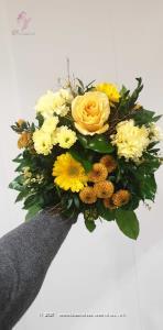 Wer diesen Blumenstrauss erhält, hat automatisch Sonne im Herzen und ein Lächeln im Gesicht. Überraschen Sie jemanden damit! Mit Ihrem Blumengruss wird eine Flasche edler Rotwein Valpolicella Ripasso Classico Superiore DOC (75cl) von Albino Armani in eleganter Geschenkbox überbracht.    Ob Geburtstagswünsche, Dankeschön, ich liebe dich oder einfach so, dieses Blumengeschenk passt zu jedem Anlass.    Aus dem hügelig-bergigen Valpolicella-Gebiet stammend, überzeugt unser Ripasso durch Struktur und Komplexität. Diese gewinnt der junge Rotwein während einer zweiten Gärung auf Amarone Trester.    Hergestellt wird dieser exzellente Rotwein in Marano durch die Familie Armani, die mit einer über 400-jährigen Weinanbau-Erfahrung aufwarten kann.    Blumen sagen mehr als 1000 Worte. Der Ripasso überzeugt durch seine intensiv rote Farbe, den Duft nach reifen Kirschen, Brombeeren und Gewürzen und seinen Geschmack, der angenehm, anhaltend und warm, aber gleichzeitig frisch daherkommt. Diesen Wein reicht man am besten zu schmackhaften ersten Gängen, Fleisch oder gereiftem Käse.    14% vol; vegan    Das Bild entspricht der mittleren Preisvariante und die Vase ist nicht inbegriffen. Auf Wunsch finden Sie diese in der Kategorie Vasen.