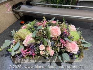 Die Schönheit und Magie der Blumen spiegeln sich in dieser Komposition wider: Ein zartes und verspieltes Geschenk, welches den Charme dieser Saison unterstreicht.    Das Bild entspricht der mittleren Preisvariante. Das Gefäss kann vom Bild abweichen.