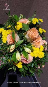 Wer um einen lieben Mitmenschen trauert, braucht Freunde und Bekannte, die ihm beistehen. Bringen Sie etwas Licht und Trost in schwierige Lebenssituationen.    Falls Sie dieses Bouquet in einer anderen Farbe möchten oder weitere Wünsche haben, können Sie uns Ihre Bestellung telefonisch aufgeben, Tel. +41 44 361 94 11 (während den Bürozeiten). Wir beraten Sie gerne persönlich!    Das Bild entspricht der mittleren Preisvariante und die Vase ist nicht inbegriffen. Auf Wunsch finden Sie diese in der Kategorie Vasen.