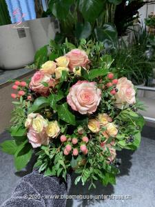 Ein wahrhaftiger Dornröschenstrauss - die passende Überraschung für jede Romantikerin.    Das Bild entspricht der mittleren Preisvariante und die Vase ist nicht inbegriffen. Auf Wunsch finden Sie diese in der Kategorie Vasen.