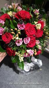 Geniessen Sie die schönsten Momente zu zweit. Denn wie könnte man besser `Ich liebe Dich sagen` als mit diesem romantischen Rosenstrauss. Zu Ihrem Blumengruss wird ein Schlüsselanhänger in Herzform aus hochwertigem Metall überbracht, besetzt mit 112 echten Kristallen von Swarovski®. Grösse Schlüsselanhänger: 6 x 5 cm; Länge Bändel: ca. 7,5 cm; Ring aus silberfarbenem Metall: ca. 3,5 cm.    Das Bild entspricht der mittleren Preisvariante und die Vase ist nicht inbegriffen. Auf Wunsch finden Sie diese in der Kategorie Vasen.