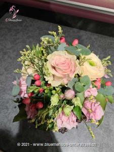 Diese liebevolle Komposition aus den zartesten Frühlingsblumen lässt Herzen höher schlagen. Da wird sich jemand freuen, garantiert.    Das Bild entspricht der mittleren Preisvariante.