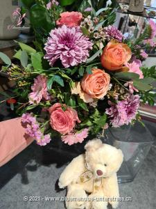 This cheerful bouquet in soft colors, is suitable for birth, as a gift between friends or as a birthday surprise. The joy will be great. Your floral greeting will be delivered together with a cuddly, white teddy bear. Teddy bears enchant both young and old. Whether as a charming gesture, after a birth, to cheer someone up, or as a loving surprise: everyone loves these cute little bears.  Material: plush, CE certified Height: seated, approx. 20 cm Washing instructions: machine washable at 30°  The picture corresponds to the middle price variant and the vase is not included. If you wish, you can order it further down in the additional products.