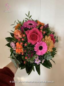 Wer diese peppige Frühlingskomposition erhält, der kann nicht anders als glücklich sein.    Das Bild entspricht der mittleren Preisvariante und die Vase ist nicht inbegriffen. Auf Wunsch finden Sie diese in der Kategorie Vasen.