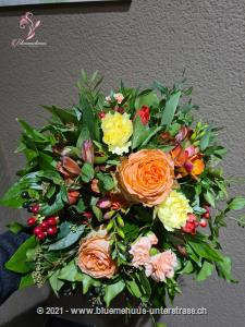 Ein fröhlicher Strauss, der Optimismus verbreitet und für unwiderstehlich gute Laune sorgt. Was will man mehr?    Das Bild entspricht der mittleren Preisvariante und die Vase ist nicht inbegriffen. Auf Wunsch finden Sie diese in der Kategorie Vasen.