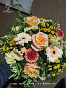 Ein Strauss voll positiver Energie, der die Kraft des Frühlings noch unterstreicht.    Das Bild entspricht der mittleren Preisvariante und die Vase ist nicht inbegriffen. Auf Wunsch finden Sie diese in der Kategorie Vasen.     Das Angebot kann vom Floristen den gegebenen Umständen bzw. den verfügbaren Blumen im Laden angepasst werden.