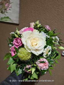 Ein Strauss der mit seinen zarten Farben wunderbar die winterliche Stimmung auffängt. Ein Geschenk, das nicht nur Romantikerinnen freut.    Das Bild entspricht der mittleren Preisvariante und die Vase ist nicht inbegriffen. Auf Wunsch finden Sie diese in der Kategorie Vasen.