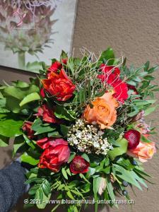 Bekennen Sie sich zu Ihren Gefühlen und schicken Sie diesen liebevollen Frühlingsgruss an einen Menschen den Sie sehr mögen ...    Das Bild entspricht der mittleren Preisvariante und die Vase ist nicht inbegriffen. Auf Wunsch finden Sie diese in der Kategorie Vasen.