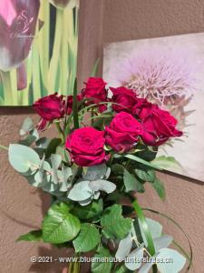Was gibt es Schöneres als Rosen? Das wahrscheinlich schönste Geschenk, seit es Blumgen gibt!    Die Abbildung zeigt mittellange Rosen. Der höhere Preis versteht sich für langstielige Rosen.    Die Vase ist nicht inbegriffen.