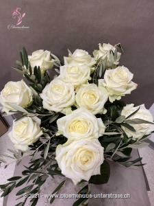 Elegant, eleganter, weisse Rosen. Diese klassischen Schönheiten werten jeden Raum auf und verleihen ihm einen stylischen Touch.    Die Abbildung zeigt mittellange Rosen. Der höhere Preis versteht sich für langstielige Rosen.    Die Vase ist nicht inbegriffen.