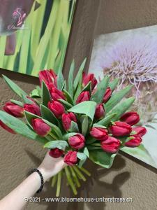 Tulpen schenken war nie einfacher. Sie möchten einen Strauss aus puren Tulpen ohne Grün? Stellen Sie jetzt hier Ihren individuellen Tulpenstrauss zusammen. Wählen Sie zwischen einer und 75 Tulpen. Die Freude wird, so oder so, riesig sein.