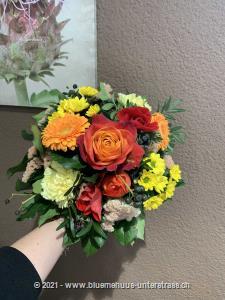 Überraschen Sie jemanden mit dieser kraftvollen Farbkombination. Unser Strauss in Rot-Orange hebt die Stimmung und sorgt für pure Frühlingsfreude.    Das Bild entspricht der mittleren Preisvariante und die Vase ist nicht inbegriffen. Auf Wunsch finden Sie diese in der Kategorie Vasen.