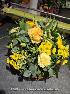 Man nehme die zartesten Frühlingsblumen und stelle diese mit viel Talent zusammen ... fertig! Ist es nicht umwerfend?    Das Bild entspricht der mittleren Preisvariante. Das Gefäss kann vom Bild abweichen.