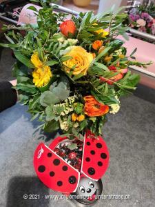 Verschenken Sie diese kleine Sonne ...und Sie werden sehen, welch grosse Freude Sie damit bereiten. Zu diesem Blumengruss wird eine Packung Schoggi-Glückskäfer von Munz kombiniert.     Diese originelle Packung beinhaltet 32 kleine Glückskäfer, 150g feinste schweizer Milchschokolade mit Pralinéfüllung.     Das Bild entspricht der mittleren Preisvariante und die Vase ist nicht inbegriffen. Auf Wunsch finden Sie diese in der Kategorie Vasen.