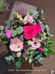 Liebevoller Strauss in zarten Rosétönen und Highlights in Pink. Ein Geschenk, welches mit seinem Charme jedes Herz erobert.    Das Bild entspricht der mittleren Preisvariante und die Vase ist nicht inbegriffen. Auf Wunsch finden Sie diese in der Kategorie Vasen.