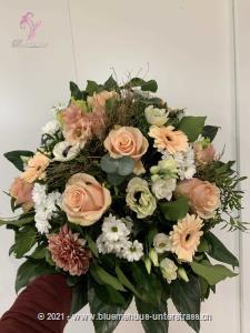 Sagen Sie einem besonderen Menschen wie gern Sie ihn haben. In sanften Pastelltönen zaubert sich dieser Strauss direkt in die Herzen Ihrer Lieben.    Das Bild entspricht der mittleren Preisvariante und die Vase ist nicht inbegriffen. Auf Wunsch finden Sie diese in der Kategorie Vasen.