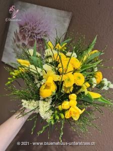 Dieser Strauss erinnert an einen sonnigen Frühlingstag, an die Essenz des Frühlings sozusagen. Er ist frisch, leuchtend und voller Energie, ein Aufsteller für jeden Tag.    Das Bild entspricht der mittleren Preisvariante und die Vase ist nicht inbegriffen. Auf Wunsch finden Sie diese in der Kategorie Vasen.