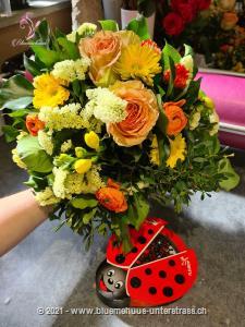 Hier hat sich der Osterhase aber ganz besonders viel Mühe gegeben und nur die schönsten Blumen gepflückt. Für wen die wohl sind? Zu diesem Blumengruss wird eine Packung Schoggi-Glückskäfer von Munz kombiniert.    Diese originelle Packung beinhaltet 32 kleine Glückskäfer, 150g feinste schweizer Milchschokolade mit Pralinéfüllung.    Das Bild entspricht der mittleren Preisvariante und die Vase ist nicht inbegriffen. Auf Wunsch finden Sie diese in der Kategorie Vasen.